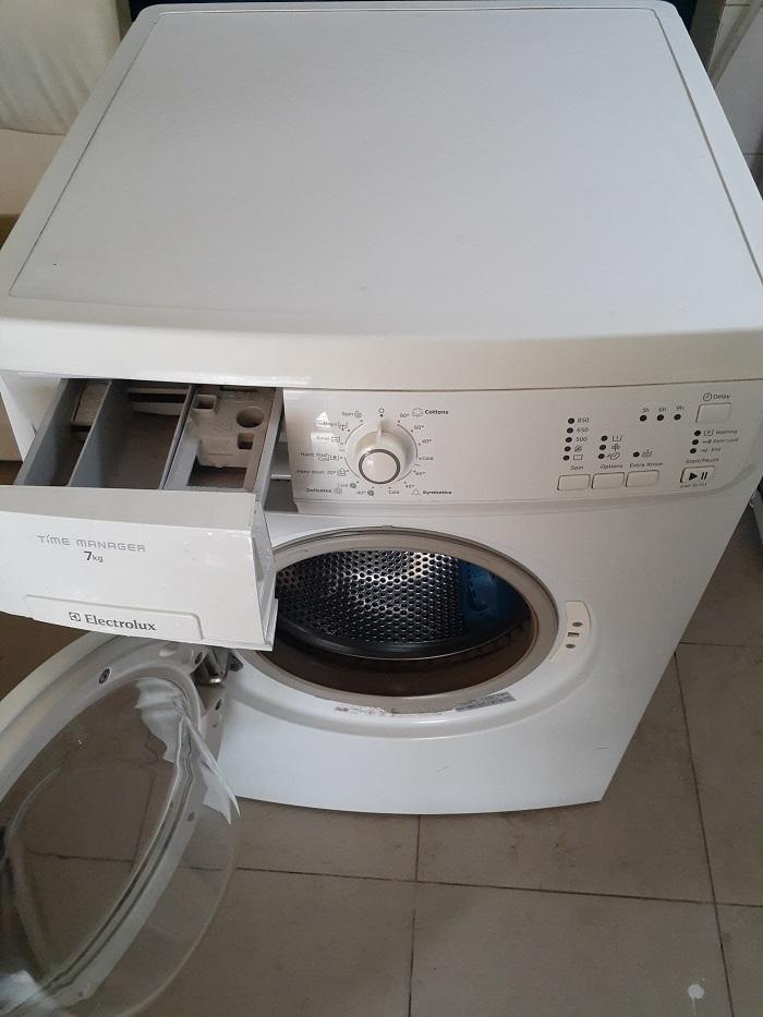 Máy giặt cũ electrolux 7kg ewf 85761...giá 2tr800